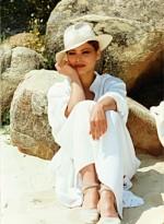 Орнелла Мути в белом костюме