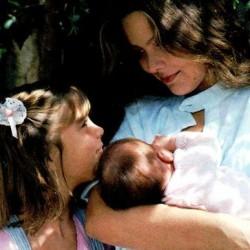 Орнелла Мути, её дочь Найке и новорожденная Каролина
