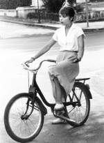 Орнелла Мути на велосипеде