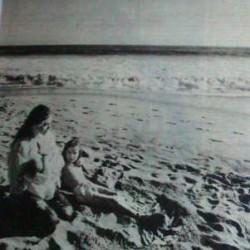 Орнелла Мути с дочерьми на пляже