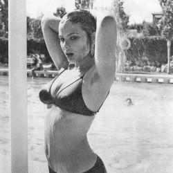 Орнелла Мути у бассейна