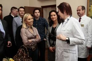 Актриса разговаривает с врачами
