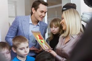 Орнелла Мути принимает аппликацию от детей