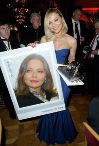 Орнелла держит в руках свою фотографию с автографом