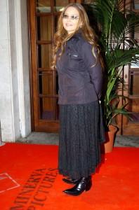 Холода заставили Орнеллу Мути надеть куртку на премьеру