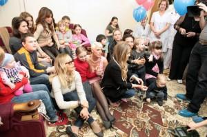 Орнелла Мути, Пола Абдул и Кармен Электра общаются с детьми