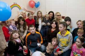 Звезды в окружении детей