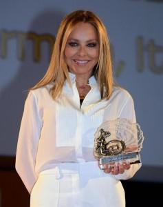 Орнелла Мути позирует с наградой 'Золотой телец'