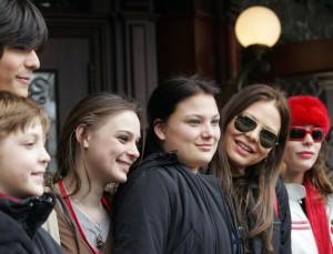 Орнелла Мути в окружении своих дочерей - Каролины (слева от Орнеллы) и Найке (справа)
