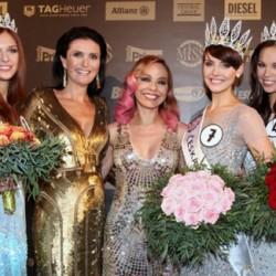 Организаторы и финалистки конкурса 'Мисс Чехия 2013'
