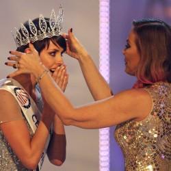 Орнелла Мути вручает корону победительнице