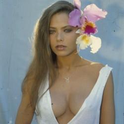 Орнелла Мути с цветком в волосах