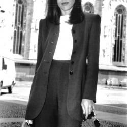 Актриса Орнелла Мути в классическом костюме